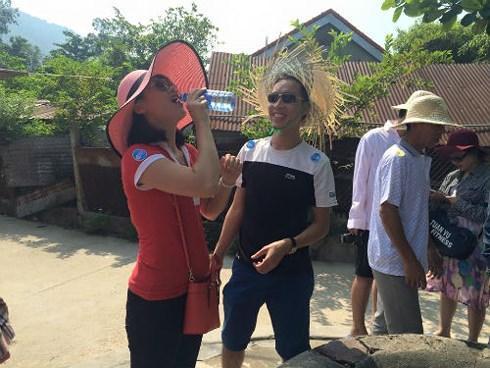 Du khách uống nước giếng ở Cù Lao Chàm.