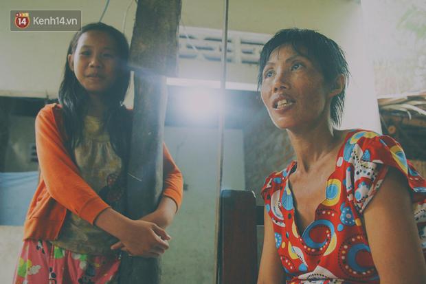 Người mẹ khờ chia sẻ ước mơ của mình, muốn được lo cho các con được đi học để biết chữ.