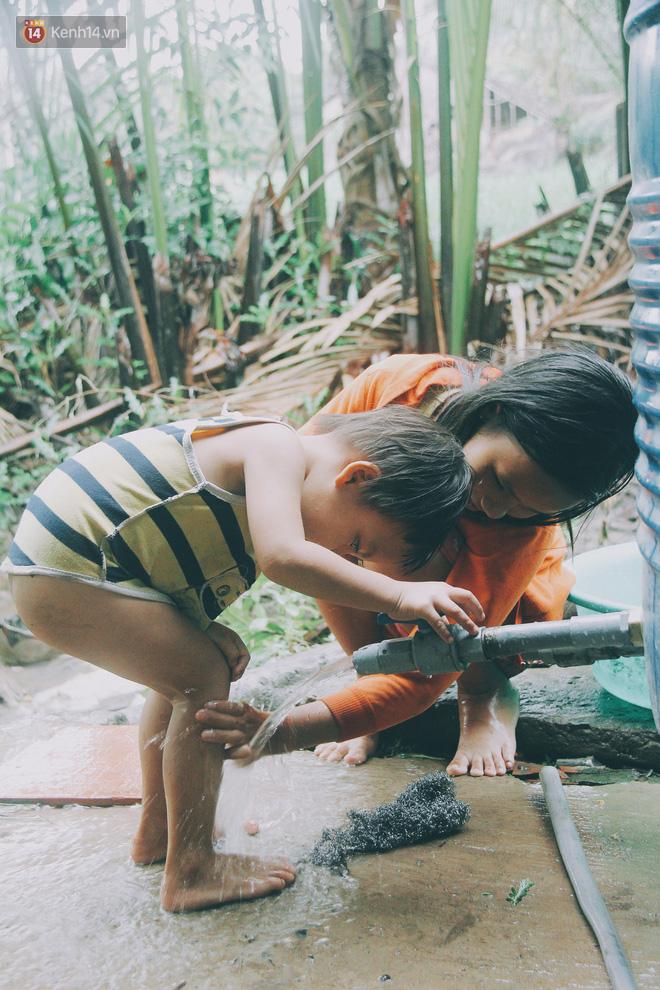 Tuy mới 12 tuổi nhưng Nhi đã cảm nhận rõ rệt sự vất vả của việc bố mẹ sinh quá nhiều em, trong khi gia đình lại quá nghèo, không đủ để lo cơm ăn, áo mặc.