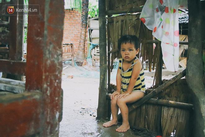 Những đứa trẻ tội nghiệp trong căn nhà dột nát, chẳng có tương lai khi gánh nặng cơm áo gạo tiền đè nặng mỗi ngày.