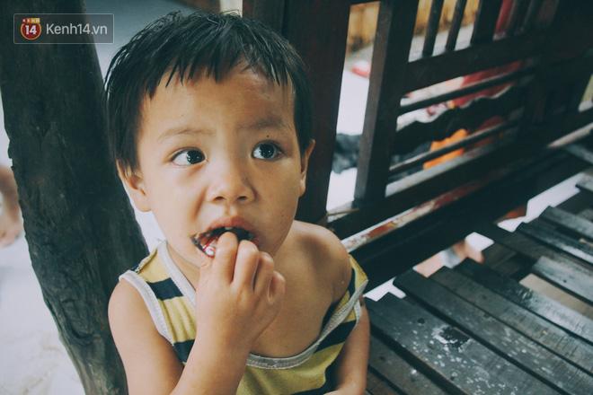 Phạm Thị Ngọc Tuyết (6 tuổi) và Phạm Minh Sang (4 tuổi) buồn bã vì đói bụng.