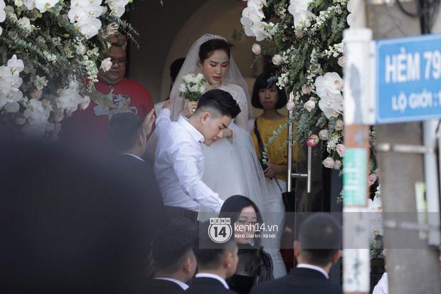Cô dâu mới Bảo Thy chính thức xuất hiện rất xinh đẹp trong chiếc váy cưới