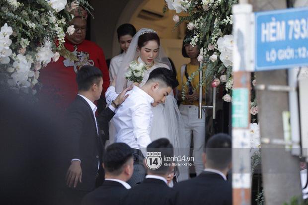 Ngay lúc này, Bảo Thy và chồng sẽ tới nhà thờ để làm lễ xin dâu.