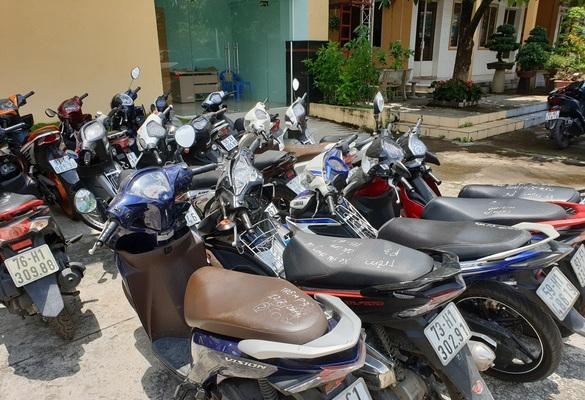 16 xe máy được Công an thu giữ.