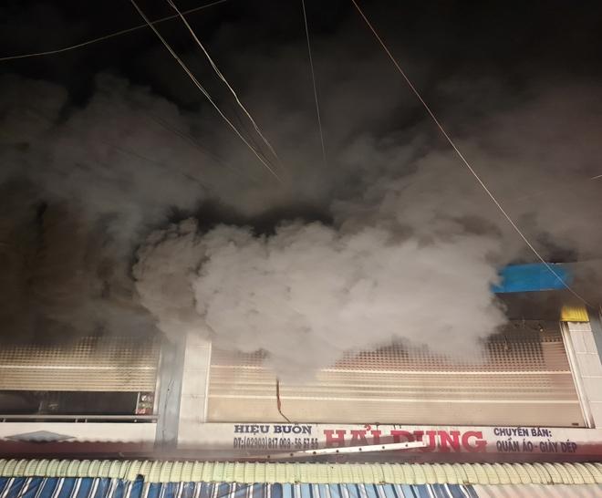 Cột khói bốc cao hàng chục mét.
