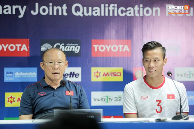 HLV Park Hang-seo và đội trưởng Quế Ngọc Hải dự buổi họp báo trước trận đấu. Ảnh: Hiếu Lương