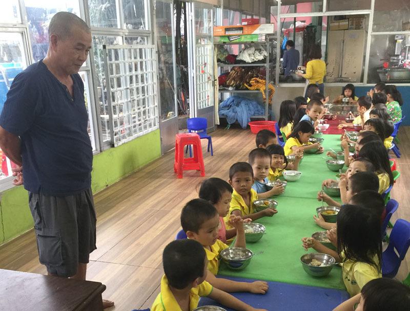 Bữa ăn của những đứa trẻ mồ côibên ba Hiệp. Ảnh: Trần Chánh Nghĩa.