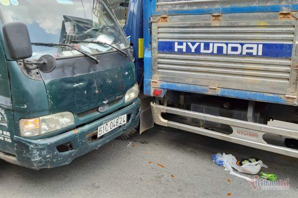 Hai xe tải dính chặt vào nhau