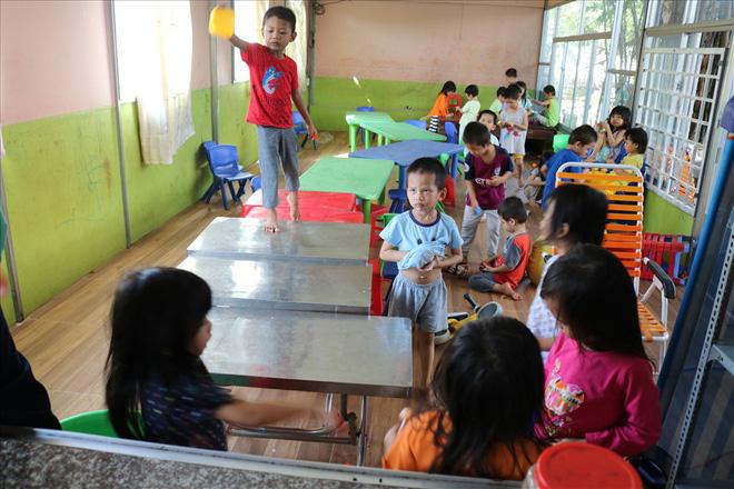 Để nuôi 88 đứa trẻ này, mỗi tháng ông Hiệp chi ra cả 100 triệu đồng từ nguồn lợi nhuận kinh doanh của gia đình.