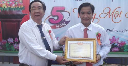 Phó GĐ Sở GD&ĐT Cà Mau Lê Thanh Liêm trao Danh hiệu tập thể lao động xuất sắc, tiêu biểu của Chủ tịch UBND tỉnh Cà Mau cho Trường THPT Quách Văn Phẩm.