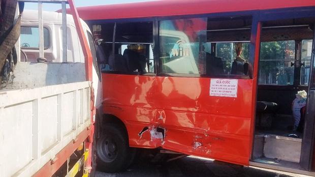 Xe khách bị tông thủng một lỗ.