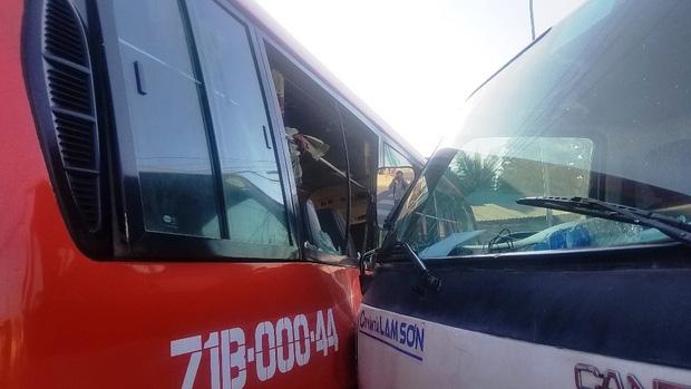 Kính chắn gió của xe khách cũng bị vỡ, nội thất bị hư hỏng.