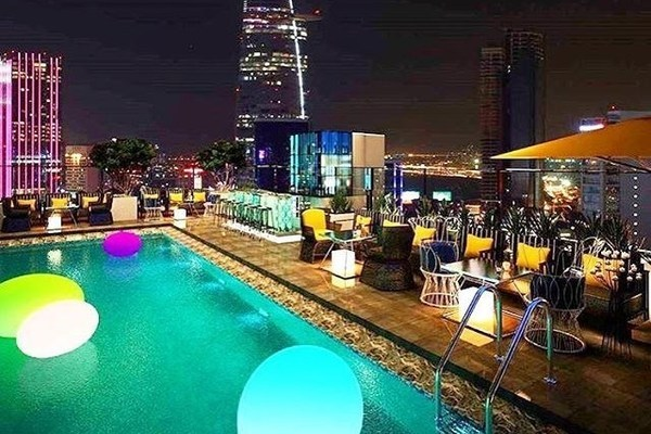 Quán bar mọc trên cao ốc The One Sài Gòn.
