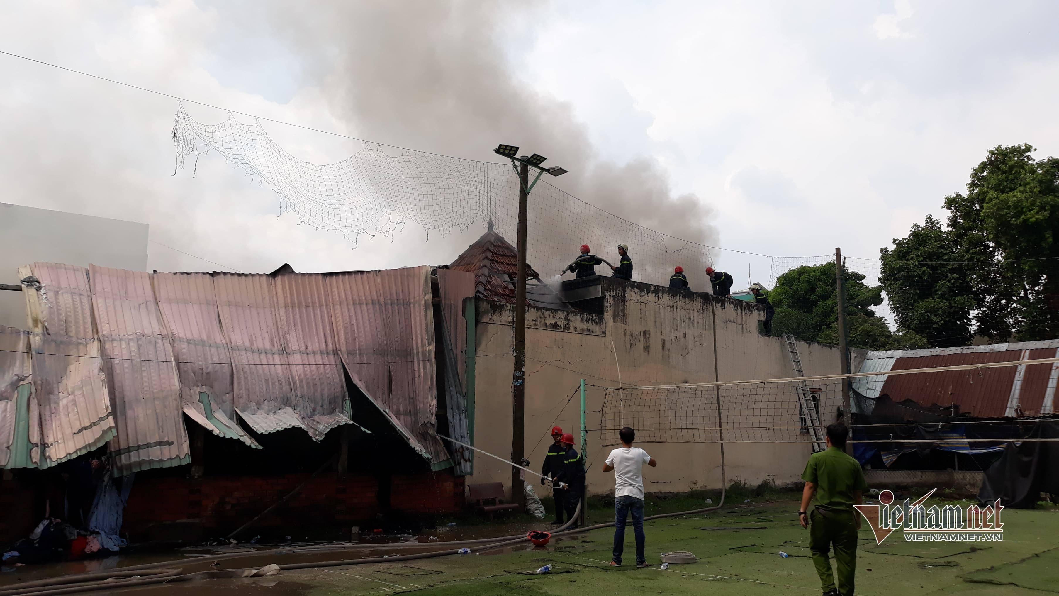 Hiện trường vụ hỏa hoạn với cột khói đen bao trùm xưởng vải