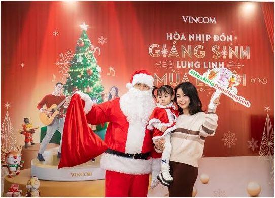 Các hoạt động hoạt náo khuấy động không khí Giáng sinh được các em nhỏ nhiệt tình hưởng ứng.