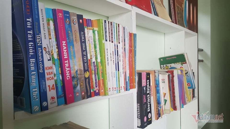 Tủ sách với nhiều thể loại, dành cho mọi lứa tuổi của Long.