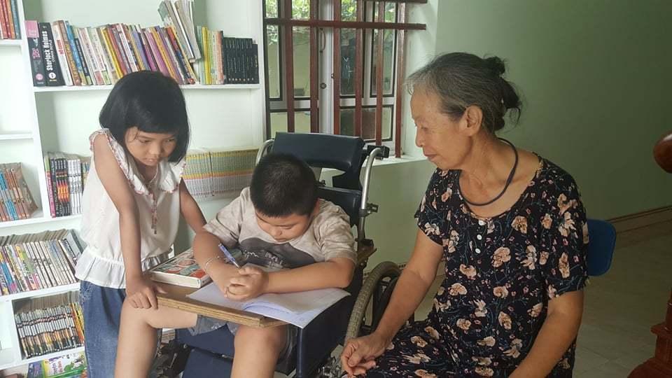 Bàn tay yếu ớt, khó cầm nắm nhưng bé Long vẫn kiên trì tập viết mỗi khi rảnh rỗi