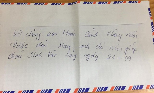Nội dung ghi phía sau phong bì được cho là của bố mẹ cháu nhỏ