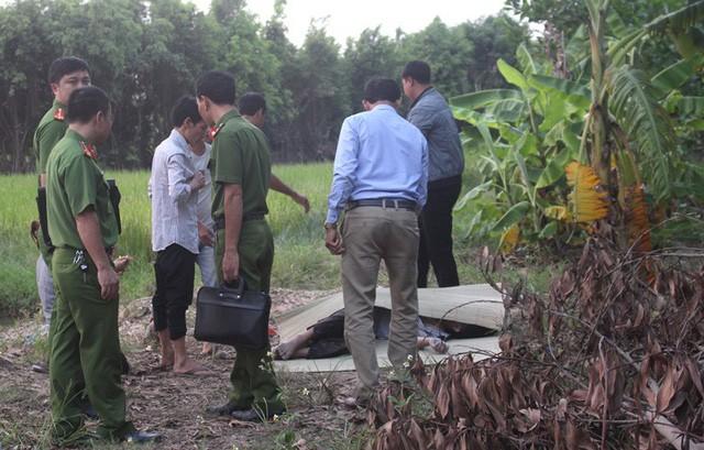 Côn an huyện Gia Lộc có mặt tại hiện trường điều tra nguyên nhân vụ việc. Ảnh: Đ.Tùy
