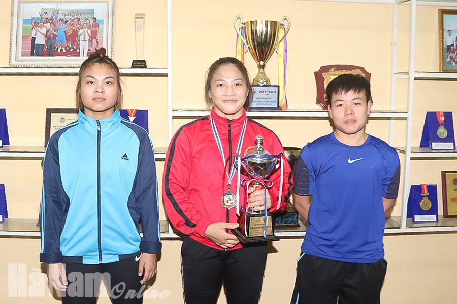"""Niềm vui của các """"cô gái vàng"""" Hà Nam cùng cúp, huy chương tại Giải vô địch vật Đông Nam Á."""
