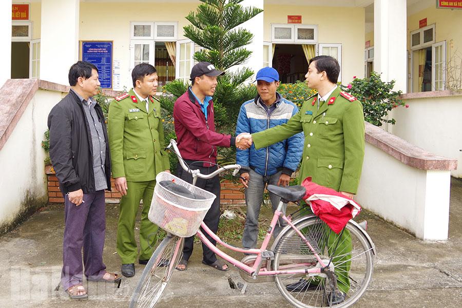 Cán bộ, chiến sỹ Công an xã Tiên Tân, TP. Phủ Lý giúp anh Vĩnh về với gia đình.