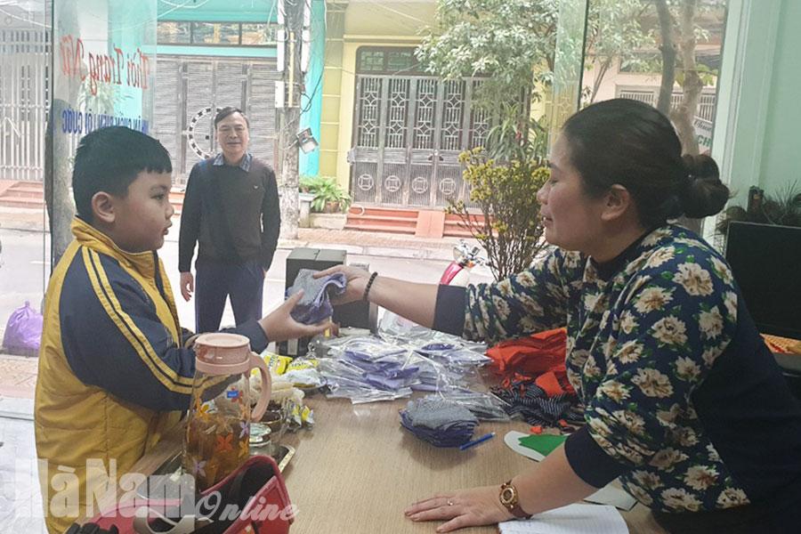 Nhà thiết kế Trần Thị Hiền, chủ Nhà may Trần Hiền phát khẩu trang miễn phí cho người dân.
