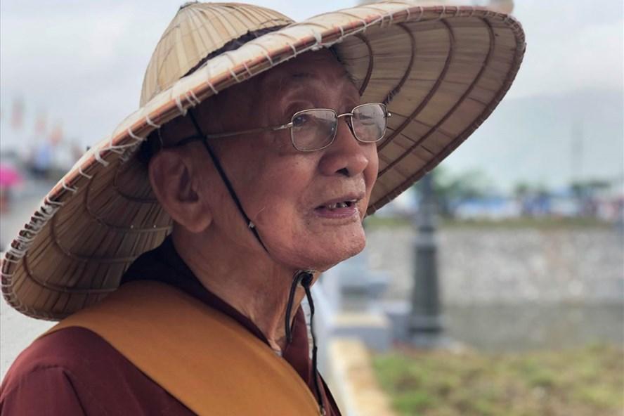 Nhà sư Thích Minh Thông (98 tuổi) đến dự Đại lễ Vesak với tâm nguyện mong cho quốc thái dân an, đất nước được bình yên, người dân được hạnh phúc. Ảnh: T.A
