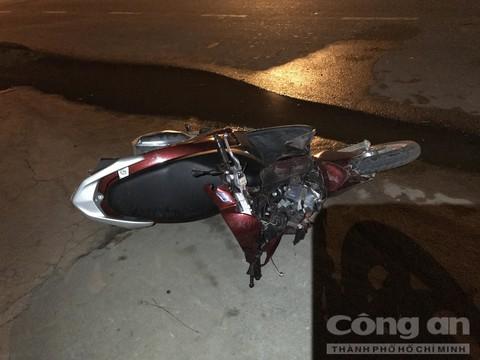 Chiếc xe máy của cô gái hư hỏng sau tai nạn.