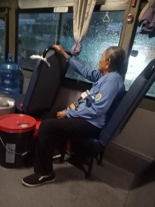 Người phụ nữ lớn tuổi làm nghề phụ xe buýt.