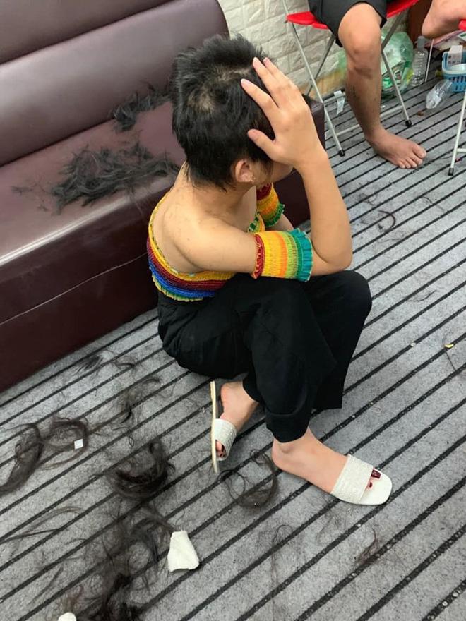 Cô gái này chỉ còn biết ôm đầu, che mặt vì xấu hổ.