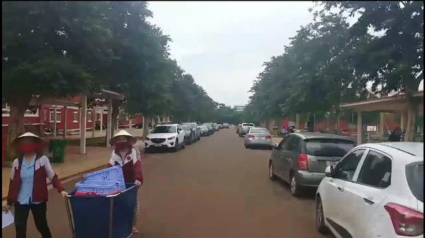 Hình ảnh dàn xe hơi được cắt từ clip chia sẻ tại buổi họp phụ huynh ở trường Hoàng Việt, Buôn Ma Thuột