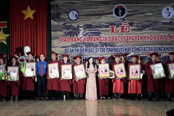 Bộ trưởng Bộ Y tế Nguyễn Thị Kim Tiến chúc mừng và tặng quà cho 27 bác sĩ trẻ tình nguyện.