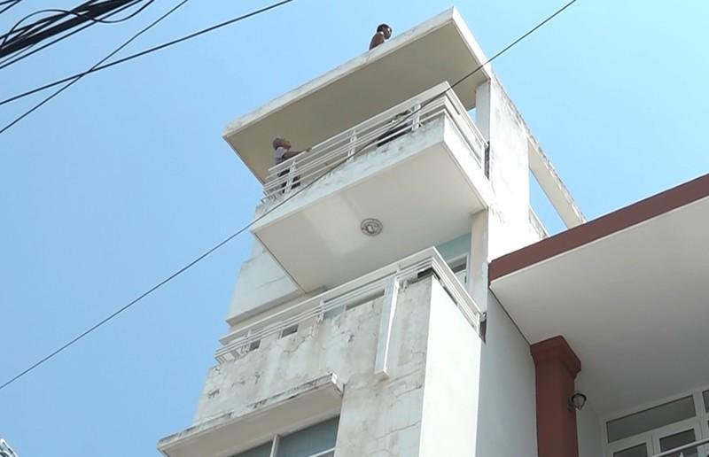 Thanh niên có biểu hiện ngáo đá, leo lên mái nhà cao tầng cố thủ ở quận 7. Ảnh HT.
