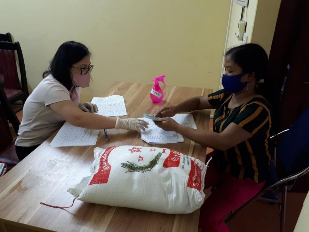 Phát tiền hỗ trợ cho đối tượng thuộc hộ nghèo, cận nghèo tại Hà Nội.