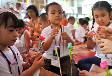 Tại đây, du khách sẽ được hướng dẫn làm các nghề thủ công truyền thống của Hà Nội.