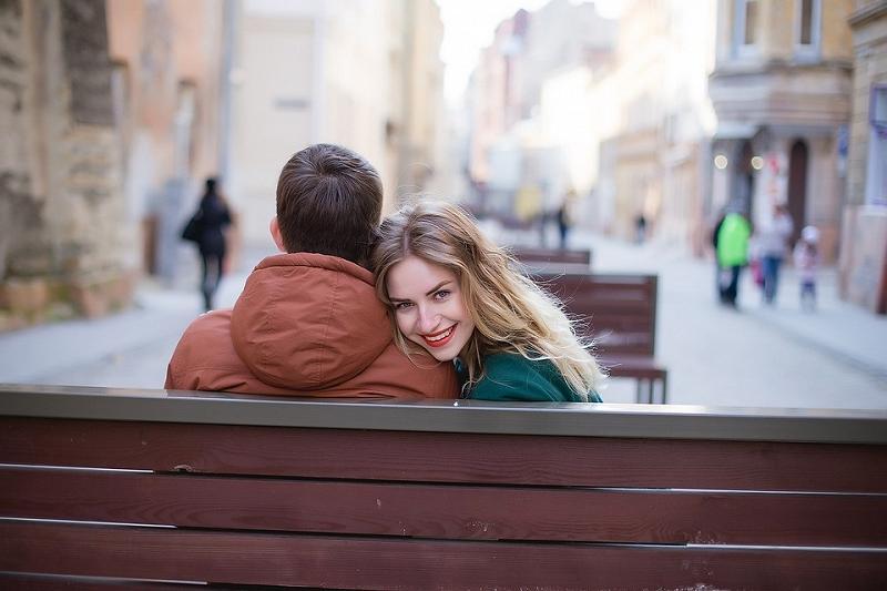 Người yêu mình phải là người biết sẻ chia, biết xoa dịu, làm vơi bớt nỗi khổ của mình trong cuộc đời. Ảnh minh họa