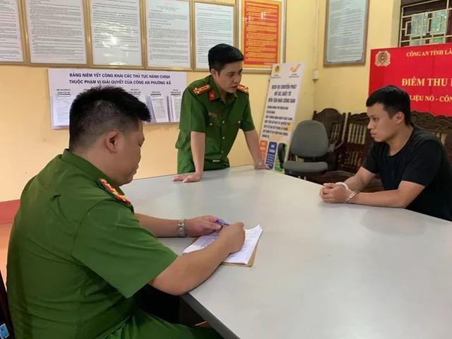 Đối tượng Nguyễn Minh Tuân tại cơ quan điều tra. Ảnh công an cung cấp