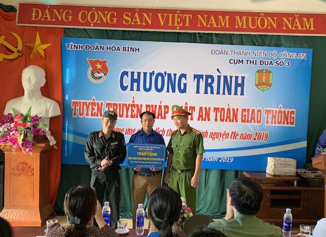Đồng trao tặng công trình thanh niên
