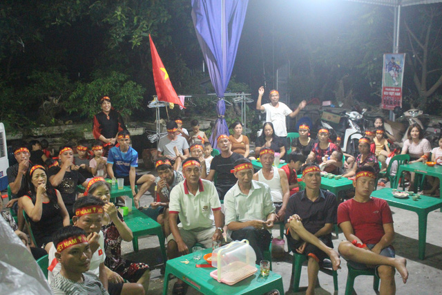 Hàng trăm người dân thôn Đào Lâm, xã Đoàn Tùng có mặt tại gia đình cầu thủ Đức Huy để xem và cổ vũ. Ảnh; Đ.Tùy