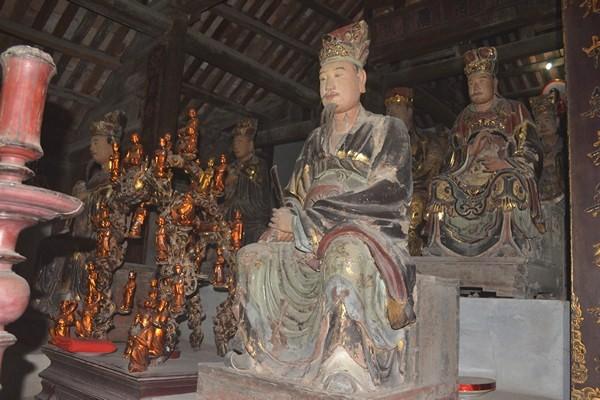 Hiện tại, trong chùa còn lưu giữ được hệ thống các pho tượng cổ bằng gỗ. Ảnh: Đ.Tùy