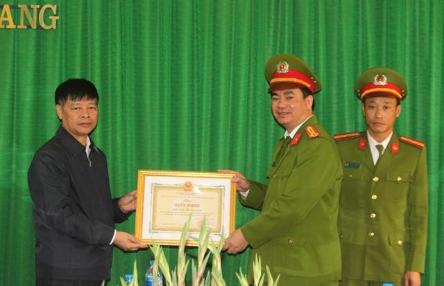 Ông Nguyễn Tiến Tầng - Chủ tịch UBND huyện Ninh Giang ký quyết định khen thưởng cho 2 tập thể và 7 cá nhân trong việc phá nhanh vụ án. Ảnh: Đ.Tùy