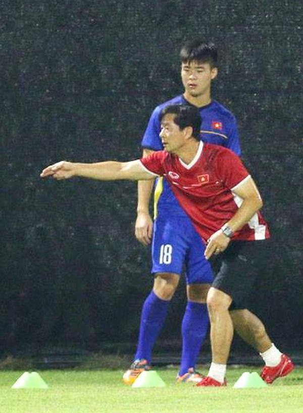 Ông Bae Ji-won thực hiện các động tác thị phạm hướng dẫn Duy Mạnh. Ảnh: Nam Anh.