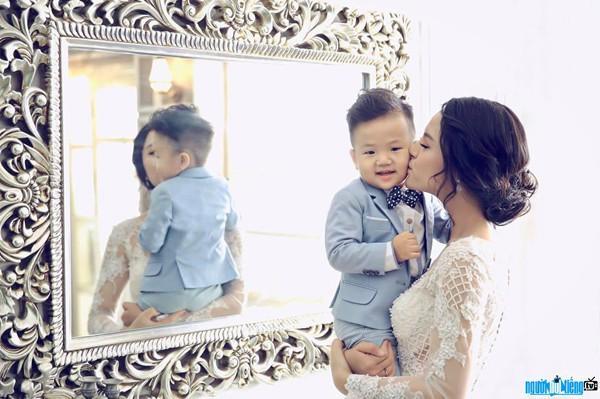 Diễn viên Thu Quỳnh hạnh phúc bên con trai.