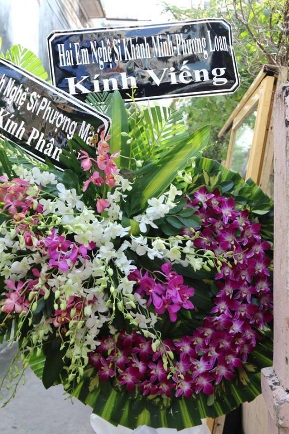 Nhiều nghệ sĩ gửi vòng hoa đến viếng nhiếp ảnh Minh Hoàng.