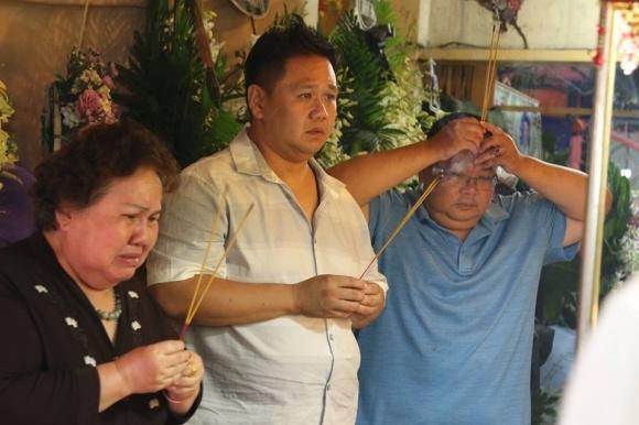 Minh Béo và mẹ đã đến viếng thăm nhiếp ảnh gia từng thân thiết.