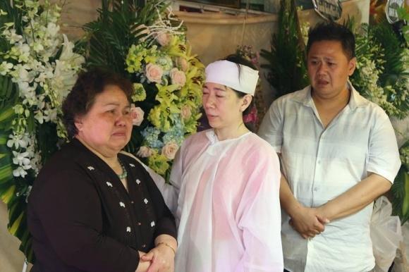 Mẹ Minh Béo dành ít thời gian cùng trò chuyện an ủi vợ nhiếp ảnh.