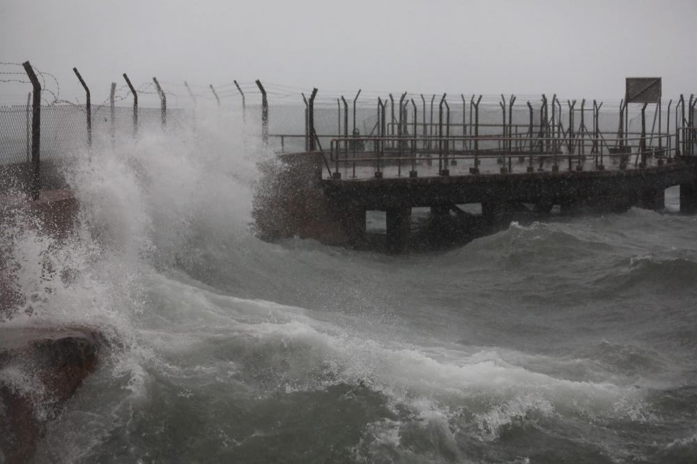 Thị trấn Kennedy nằm ở cuối phía tây của Sai Wan trên Đảo Hong Kong đón những đợt sóng lớn đầu tiên. Ảnh: Xiaomei Chen