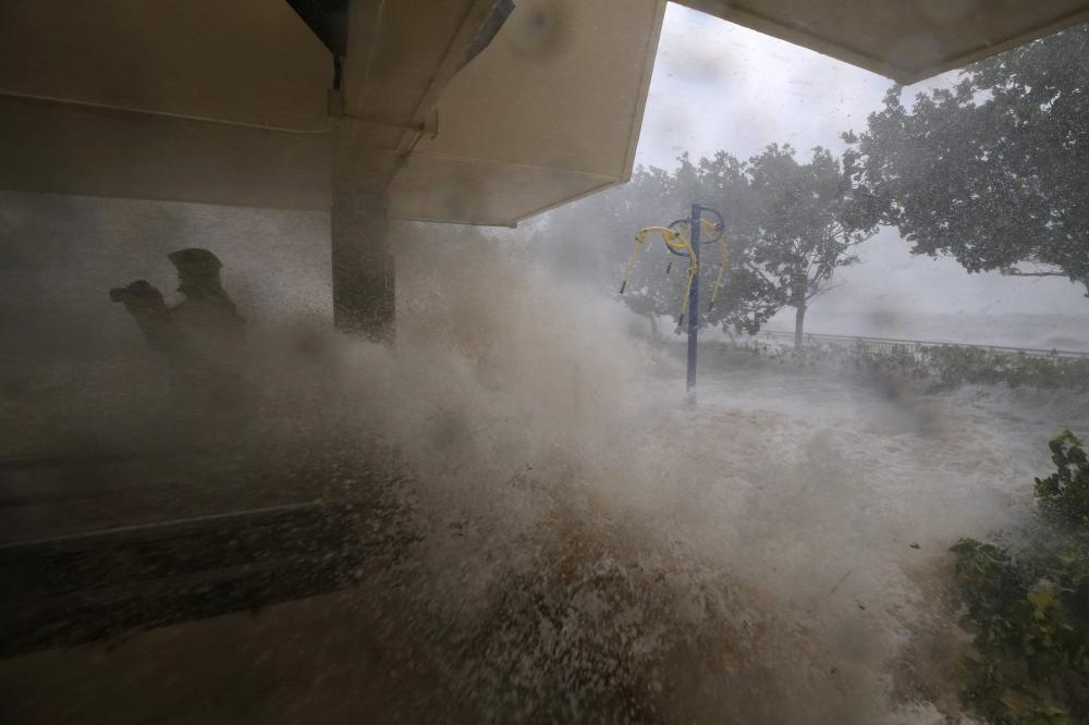 Nước dâng cao ở Heng Fa Chuen khi cơn bão đổ bộ. Ảnh: Sam Tsang