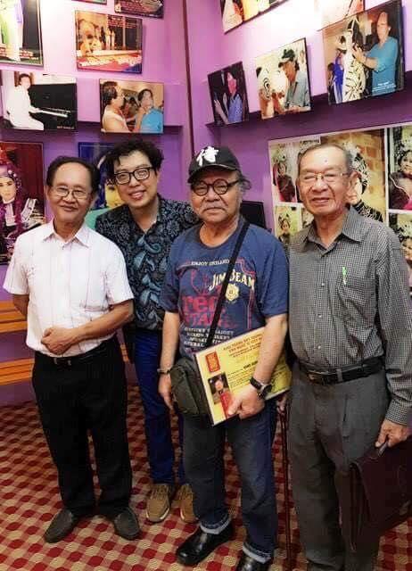 Đạo diễn Thanh Hiệp (thứ 3 từ phải sang trái) từng chụp ảnh với NSND Đoàn Dũng