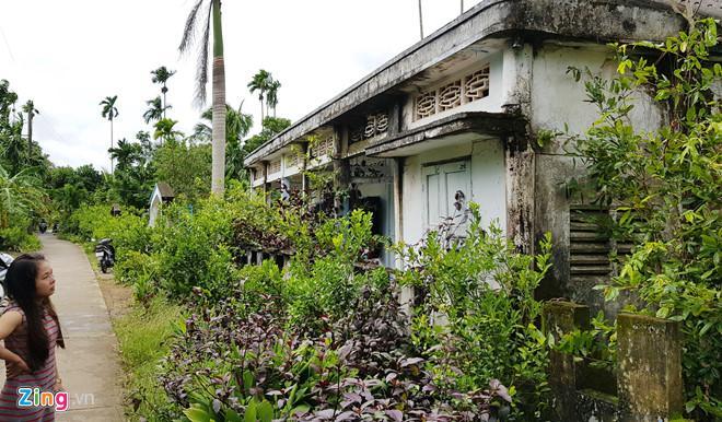 Gia đình nạn nhân cho rằng phía trước có dấu chân leo lên mái nhà. Ảnh: Việt Tường.